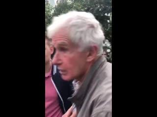 """Один из протестующих притащил с собой на """"прогулку"""" грудного ребенка в коляске. Прохожий ему все верно сказал."""