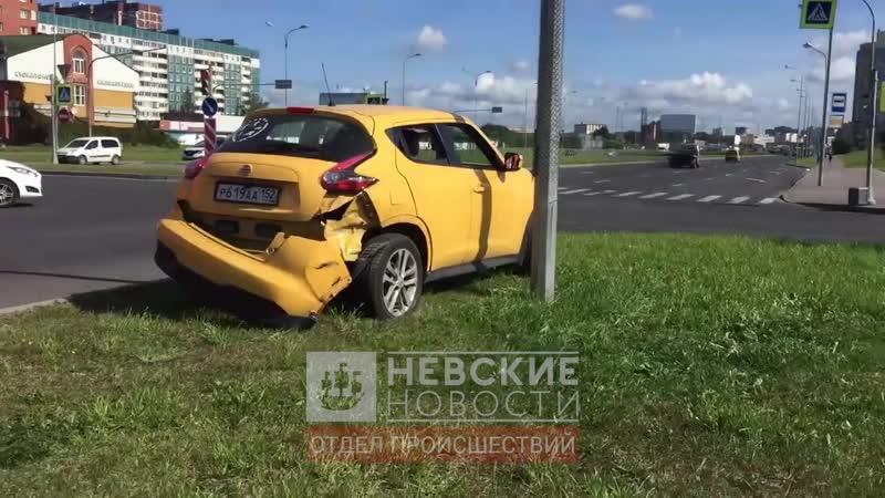 На перекрестке Долгоозерной и Королева КамАЗ с песком сбил желтый Nissan