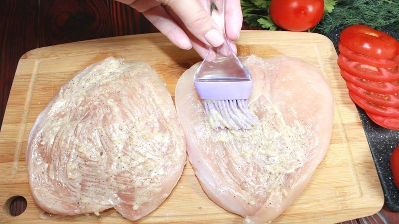 Я просто смазываю куриную грудку Так филе получается очень сочным и ароматным
