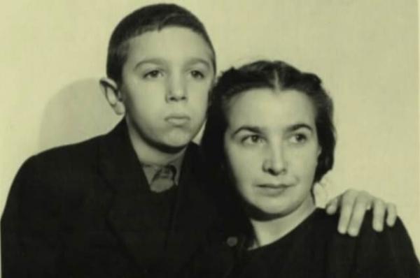 Эдуард с мамой