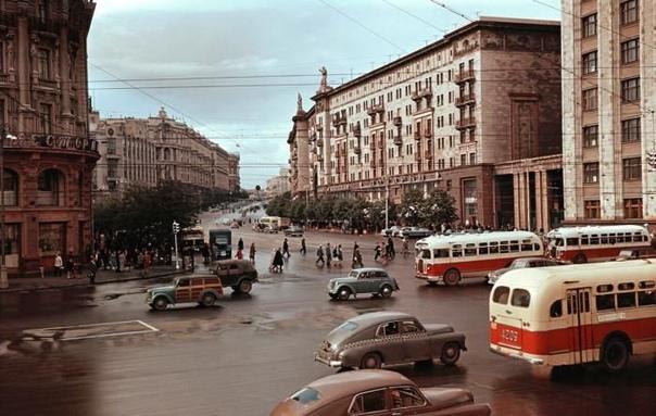 Просто ламповая фотография Москвы 1950х годов. Вид на улицу Горького.