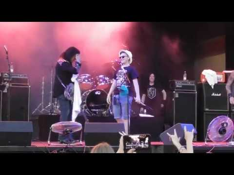 Gene Simmons Band Lets Fan Play Drums Christine Sixteen