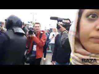 Иностранный турист с женой и ребенком прогуливался по москве, его задержали [nr]