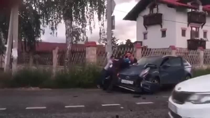 Полиция спалила закладчика за работой тот тут же попытался сбежать на каршеринговом авто но не вышло Эх не хватает тут спецн