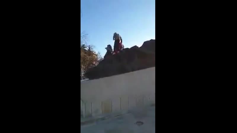 Щелкают семечки на памятнике жертвам депортации