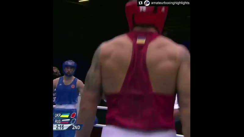 Усик в нокдауне после удара Бетербиева