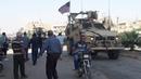 Moradores de ROJAVA jogam pedras nas tropas dos ESTADOS UNIDOS GuerraNaSíria