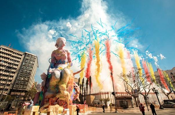Ежегодно с 15 по 19 марта в испанской Валенсии проводят фестиваль Фальяс Он считается торжеством огня, поэтому традиционно сопровождается взрывами петард и фейерверками. Главным символом