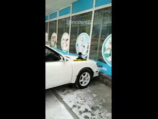 40 лет Октября 3а автомобиль без водителя въехал в витрину магазина
