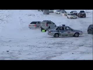 Сотрудника ГИБДД сбили с ног