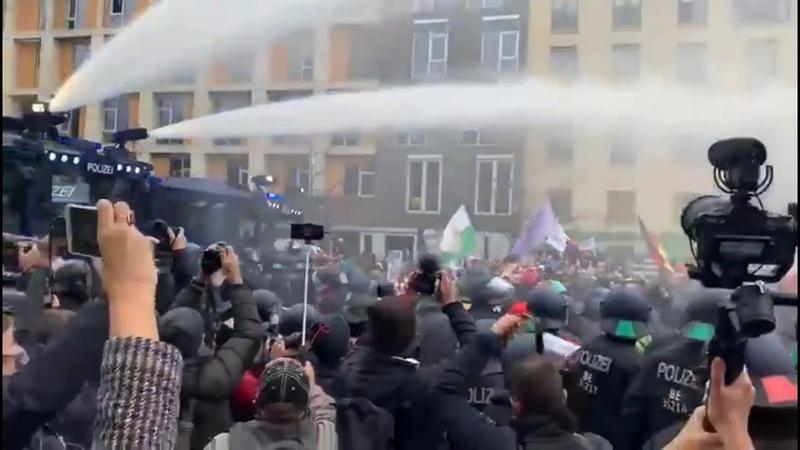 Разгон митинга водомётами в Берлине PavlovskyNEWS