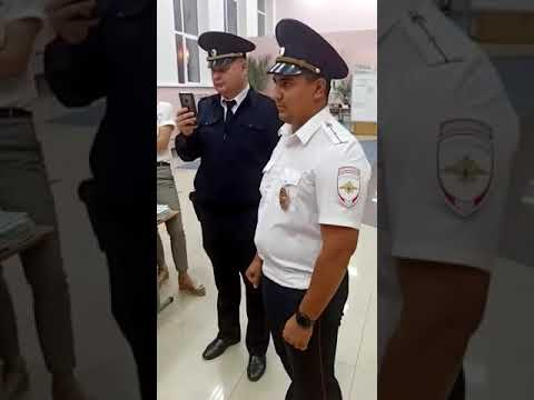 Кандидата в депутаты с участка в Белгородской области уводят полицейские