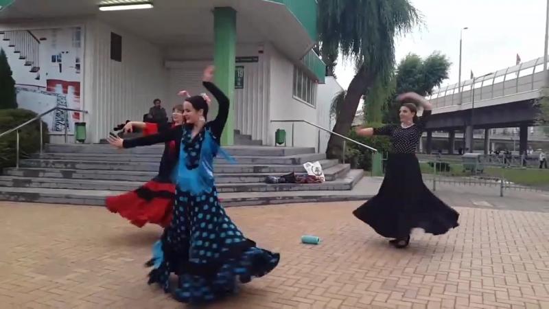 Танцуем перед стадионом в г. Калининграде (игра Испания-Марокко), 25.06.2018