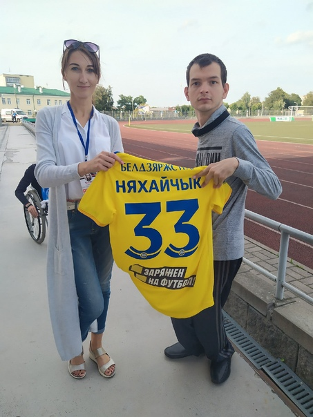 На матче с Гранитом нашему болельщику Артему Лавренко была вручена футболу Павла Нехайчика, которую футболист передал для своего болельщика