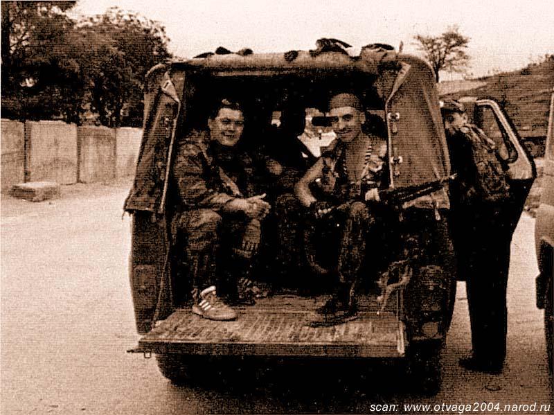 УАЗ-469 на дороге в Толстой-Юрт. Милиционеры готовы в любой момент покинуть машину и вступить в бой. Чечня, сентябрь 2000 года
