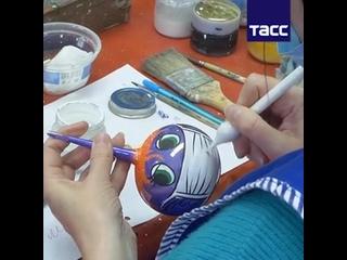 """Красноярская фабрика елочных игрушек """"Бирюсинка"""" выпустила коллекцию шаров в медицинских масках"""