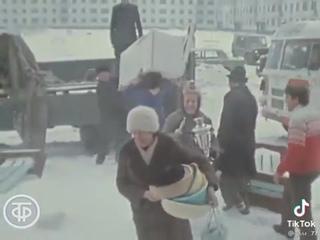 Город Омск. Десятки рабочих семей в Омске получили бесплатные квартиры в новостройке и справили новоселье