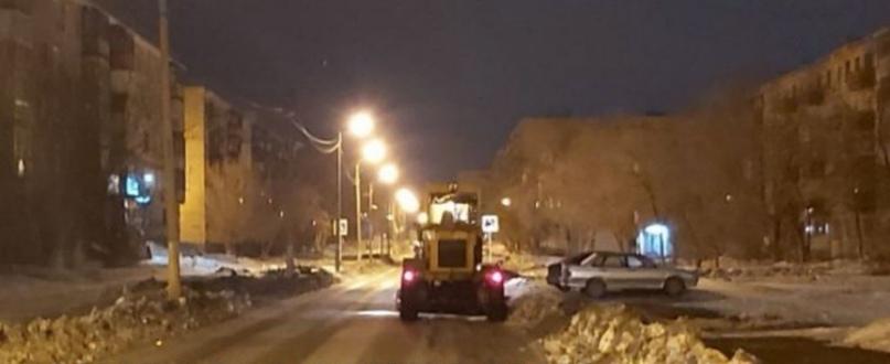Коммунальщики продолжат убирать дороги в ночную смену