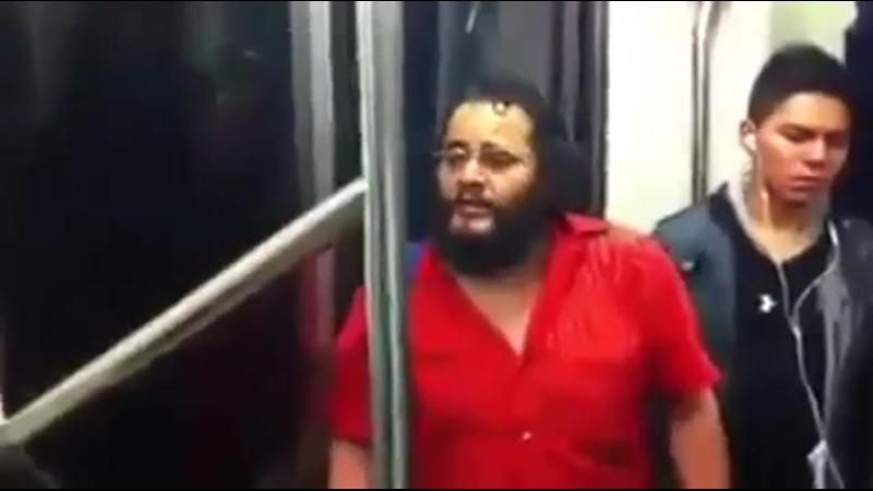 Мужик классно поет в общественном транспорте