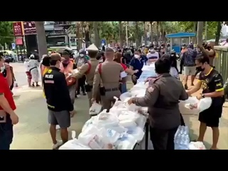 Полиция раздаёт продукты нуждающимся. Паттайя. Таиланд.