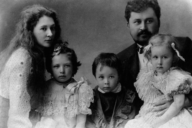 К. И. Лаптев с первой женой и их детьми.