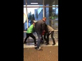 в Пятерочке Петербурга – мужик в оранжевой куртке попытался украсть шоколадки и был озвиздюлен
