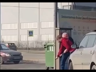 Сегодня в Петербурге молодой парень и дедушка не поделили между собой шланг для чистки автомобиля.