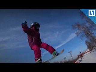 Малышка-сноубордистка готовится к зиме