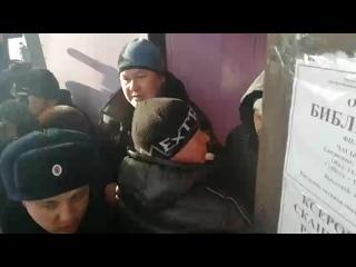 Дроздов и Кузнецов мешают жителям зайти на слушанья