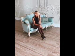 Зрелая блондинка красуется в сексуальном платье и туфлях на высоких каблуках | High Heels