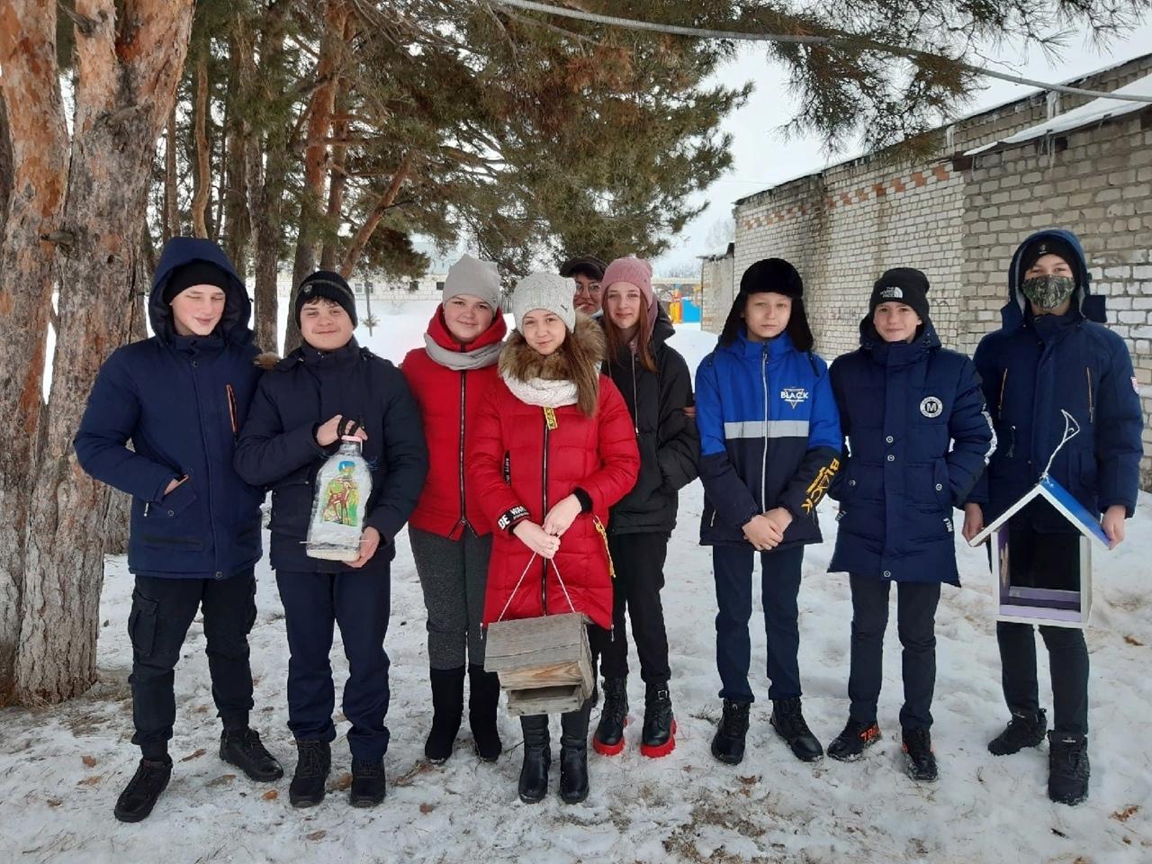 Добровольцы развесили кормушки для птиц на территории школы №5 города Петровска
