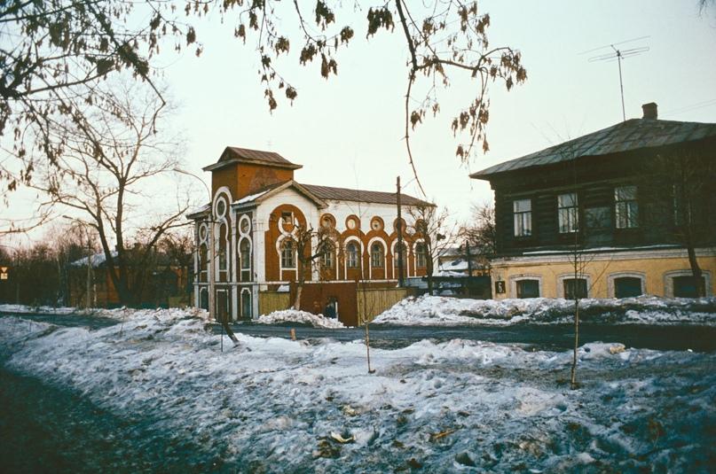 Здание мечети и дом №6 по улице Труда. 1986 г. Фото: С. Бессмертный.