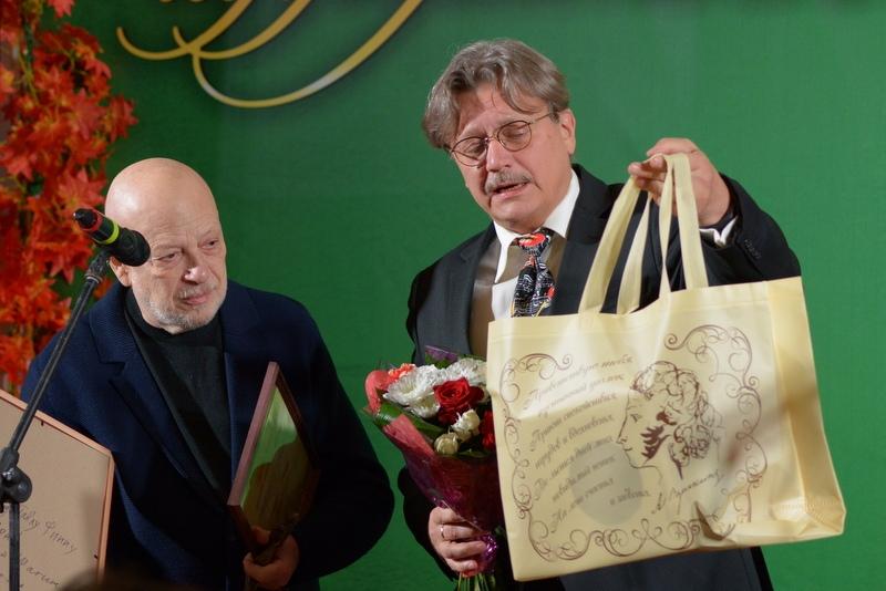 Андрей Максимков вручает Павлу Финну приз от ВМП