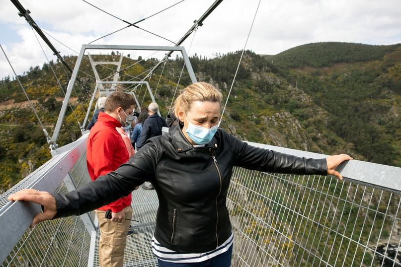 10 минут ужаса. В Португалии открыли самый длинный подвесной пешеходный мост в мире