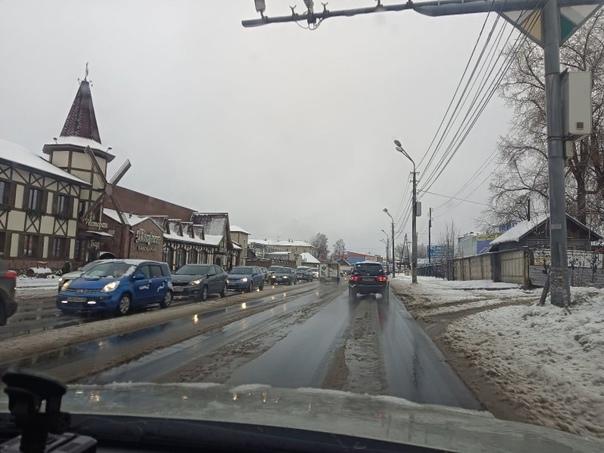 В Сыктывкаре первый снег спровоцировал пробки на д...