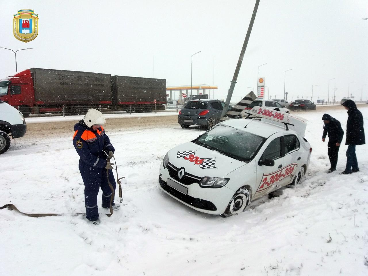 На трассе «Ростов-Таганрог» автомобиль такси врезался в столб и вылетел в кювет