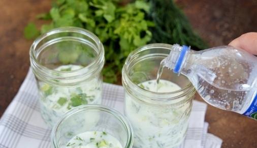 Армянская окрошка Армянская окрошка на мацони - это вкусное блюдо, отлично утоляющее жажду в жаркие летние дни. Ингредиенты На три порции: Мацун (мацони) - 450 г Вода питьевая газированная - 300