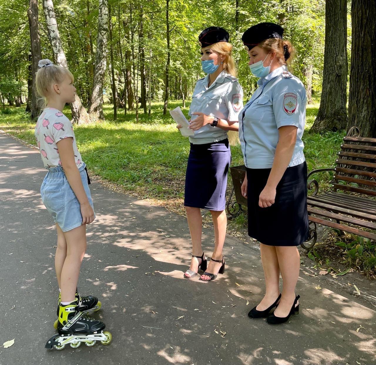 Сотрудники полиции Волжского района проводят профилактическую работу по безопасности дорожного движения на улицах, во дворовых территориях и парках