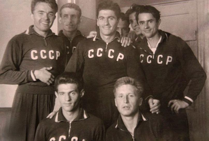 Игроки сборной СССР на фестивале молодежи в Москве. Георгий Лебедев справа в нижнем ряду