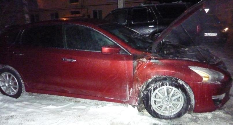 В Архангельске прохожий и пожарные спасли автомобиль от уничтожения