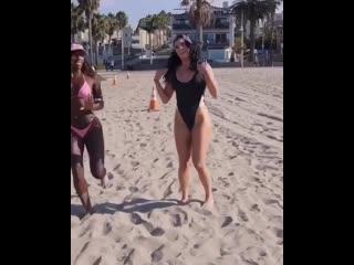 Strength of body. две подружки тренируются вместе на пляже