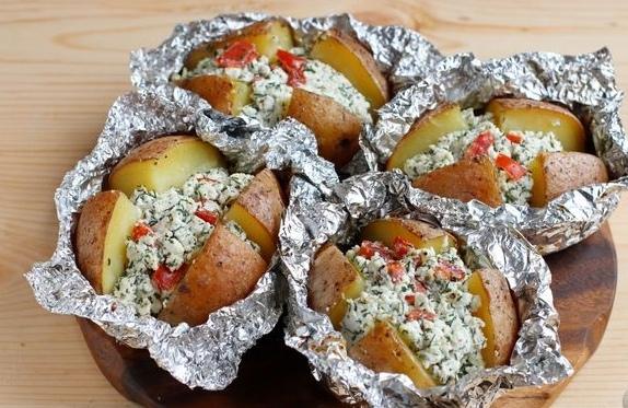 Запечённая картошка с творогом, помидорами и зеленью