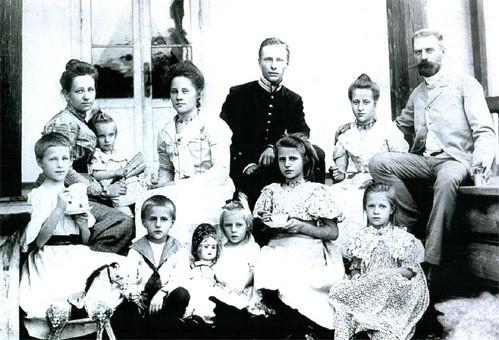Многодетное семейство Марии Александровны Пушкиной (крайняя слева в верхнем ряду) и Николая Владимировича Быкова (крайний справа в верхнем ряду, держит за руку Соню) – первое поколение общих потомков Пушкина и Гоголя