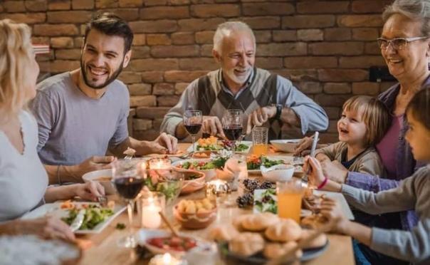family eating at restaurant - 800×600